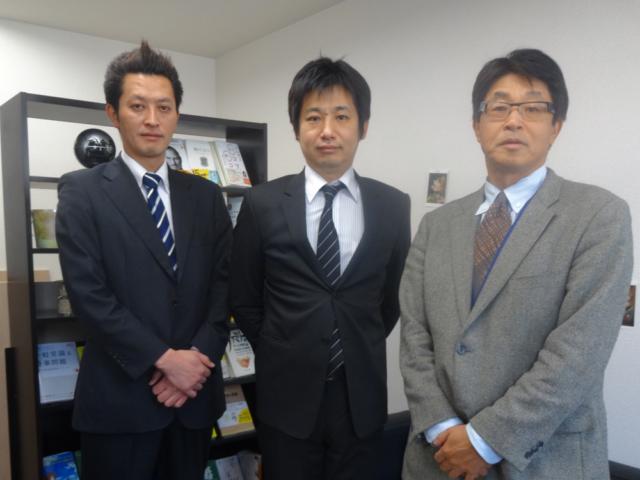 右から野垣税理士、柳原社長、田嶋監査担当