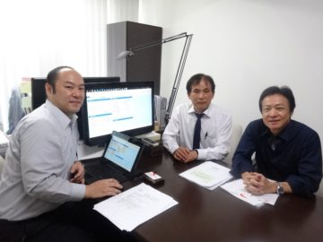 右から押田吉真税理士、青木仁社長、曲山正弘監査担当