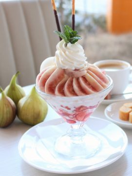 地元農家さんから直接仕入れた旬のフルーツたっぷりのパフェが人気