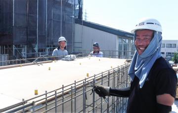 土木・建築の骨格となる鉄筋工事を担う株式会社新保鉄筋工業の作業風景