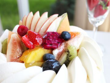 パティシエがお客さまを思いながらデコレーションするバースデーケーキ