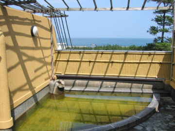 日本海を一望できる日帰り温泉施設「鵜の浜人魚館」