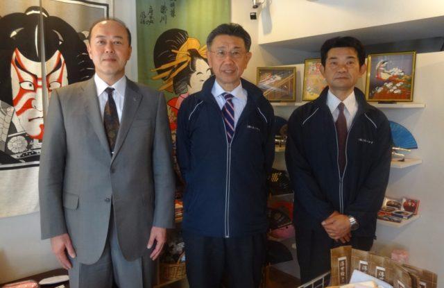 右から楠田茂営業部長、鈴庄勲社長、伊良知弘敏税理士