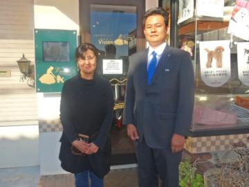 千葉県木更津市にある小型犬専門ショップ「ビビアン」のオーナーの安田あかね氏、顧問税理士の藤谷英明氏