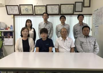 前列右から2人目が瀬下豊社長、3人目が廣田光さん